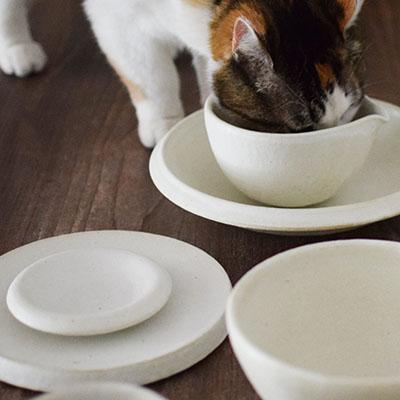 どこかレトロな雰囲気のある白い陶器
